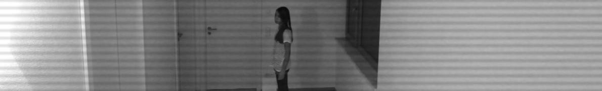 Vanessa im Bild der Überwachungskameras - Szene aus Keller Kinder.